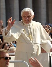 230px-Le_pape_Benoît_XVI_en_agitant